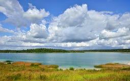 Landschap met een meer met transparante kleibodem dichtbij St Pete Stock Fotografie