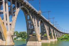 Landschap met een oude merefo-Hersonsky overspannen brug over Dnipro-rivier stock afbeelding