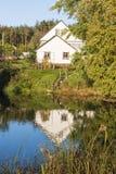 Landschap met een wit huis stock afbeeldingen