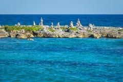 Landschap met evenwichtige rotsen, stenen op een rotsachtige koraalpijler Turkoois blauw Caraïbisch zeewater Riviera Maya, Cancun stock afbeeldingen