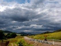 Landschap met fietser Royalty-vrije Stock Afbeeldingen