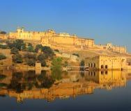 Fort en meer in Jaipur India stock foto's