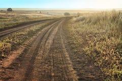 Landschap met gebied en voetpad bij zonsondergang Stock Foto