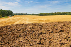 Landschap met gedeeltelijk geploegd gebied en stoppelveld Royalty-vrije Stock Foto