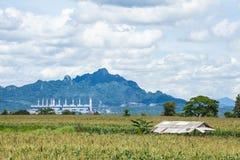 Landschap met graangebied met elektrische centrale en blauwe hemel Stock Afbeeldingen