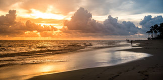 Landschap met heldere zonsondergang Royalty-vrije Stock Afbeelding