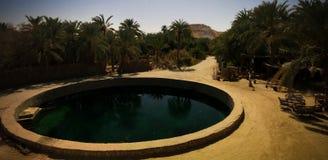 Landschap met het bad van Cleopatra in Siwa-oase, Egypte royalty-vrije stock fotografie