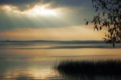 Landschap met het beeld van het meer royalty-vrije stock fotografie