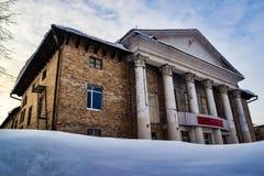 Landschap met het oude sovjet culturele centrum royalty-vrije stock foto