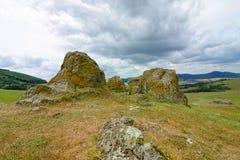 Landschap met heuvels, rotsen en weiden stock fotografie