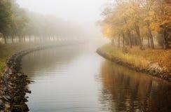 Landschap met kanaal en bomen in de herfst stock afbeelding