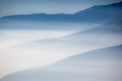 Landschap met kleurrijke lagen van bergen en nevel in vall royalty-vrije stock fotografie