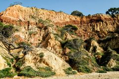 Landschap met Klip en Duinen bij het Strand dichtbij Albufeira Portu Stock Foto's