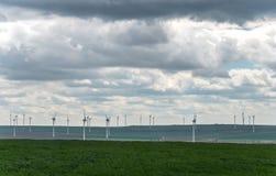 Landschap met Landbouwgebieden en Groene Gebieden op Sunny Day met Bewolkte Hemel royalty-vrije stock fotografie
