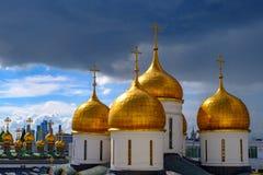 Landschap met mening over koepels van de kathedralen van Moskou het Kremlin royalty-vrije stock fotografie