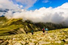 Landschap met mensen die de bergen onderzoeken Royalty-vrije Stock Afbeeldingen