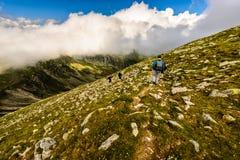 Landschap met mensen die de bergen onderzoeken Stock Foto