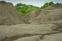 Landschap met modderige heuvels en bomen Stock Foto