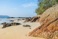 Landschap met mooi strand tegen seaview met rotsen en een bewolkte hemel bij katastrand, Phuket, Thailand Royalty-vrije Stock Foto's