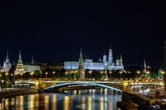 Landschap met nachtmening over de rivier en het Kremlin van Moskou royalty-vrije stock foto