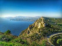 Landschap met overzees en berg in Zuiden van Frankrijk Stock Foto