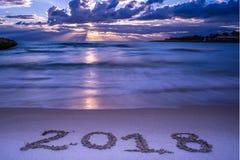 Landschap met Pinky Foggy Sea At Sunrise en het Teken 2018 Bevelschrift Royalty-vrije Stock Afbeeldingen