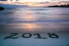 Landschap met Pinky Foggy Sea At Sunrise en het Teken 2018 Bevelschrift Stock Foto's