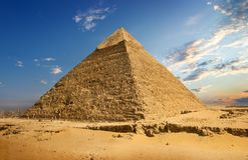 Landschap met piramide royalty-vrije stock afbeeldingen