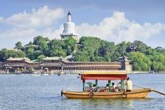 Landschap met reisboot op het Meer van Peking Beihal met stupa op achtergrond Royalty-vrije Stock Fotografie