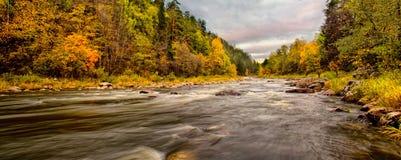 Landschap met rivier in de herfst royalty-vrije stock fotografie