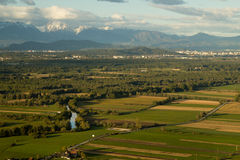 Landschap met rivier en bergen over moerasgebied royalty-vrije stock afbeelding