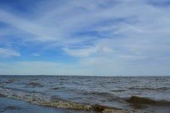 Landschap met rivier en blauwe hemel met cirrus witte wolken stock foto