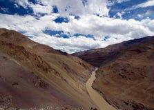 Landschap met rivier in Himalayagebergte, Noord-India stock afbeelding