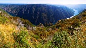Landschap met rivier met steile rotsachtige banken in zonnige de zomerdag Stock Afbeelding