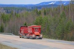 Landschap met Rode Aangepaste Grintvrachtwagen Royalty-vrije Stock Fotografie