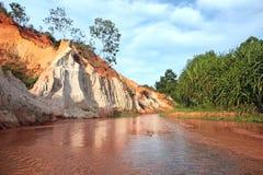 Landschap met rode rivier tussen rotsen en wildernis. Vietnam Royalty-vrije Stock Foto