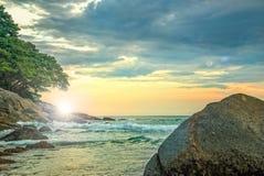 Landschap met rotsen en ruwe overzees bij zonsondergang Royalty-vrije Stock Foto
