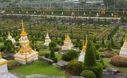 Landschap met steengebouwen in park Nong Nooch  stock afbeeldingen