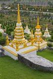 Landschap met steengebouwen in park Nong Nooch (Pattaya, Thailand) royalty-vrije stock afbeelding