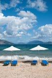 Landschap met strand en parasols Stock Afbeeldingen