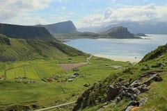 Landschap met strand op Lofoten-eilanden, Noorwegen Royalty-vrije Stock Foto's