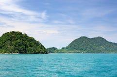 Landschap met turkooise tropische overzees, donkerblauwe hemel met witte wolken en tropisch Koh Chang-eiland op horizon in Thaila royalty-vrije stock afbeelding
