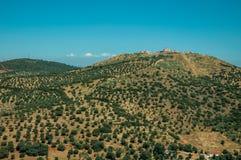 Landschap met vesting van bovenop heuvel en kleine landbouwbedrijven royalty-vrije stock foto