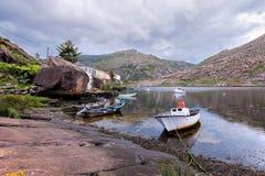 Landschap met vissersboten op kust worden vastgelegd die royalty-vrije stock fotografie
