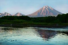 Landschap met vulkaan en zijn gedachtengang over het meer Stock Afbeelding