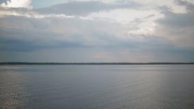 Landschap met water en hemel stock videobeelden