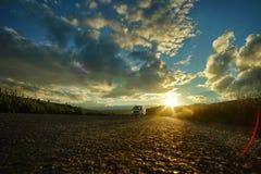 Landschap met weg in backlight bij zonsondergang Royalty-vrije Stock Afbeelding