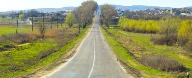 Landschap met weg en dorp Royalty-vrije Stock Afbeeldingen