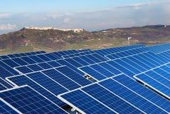 Landschap met zonnepaneelinstallatie Stock Fotografie
