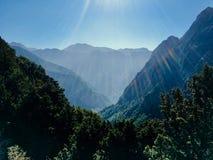 Landschap met zonneschijn op een bergvallei stock afbeeldingen